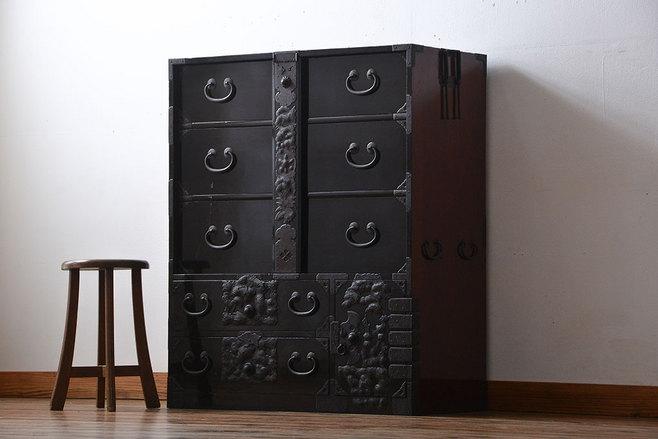 マンションへ引っ越しの際に不要な古家具 黒漆の古い箪笥。