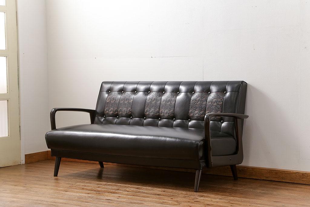 肘掛けつきの古いソファ。