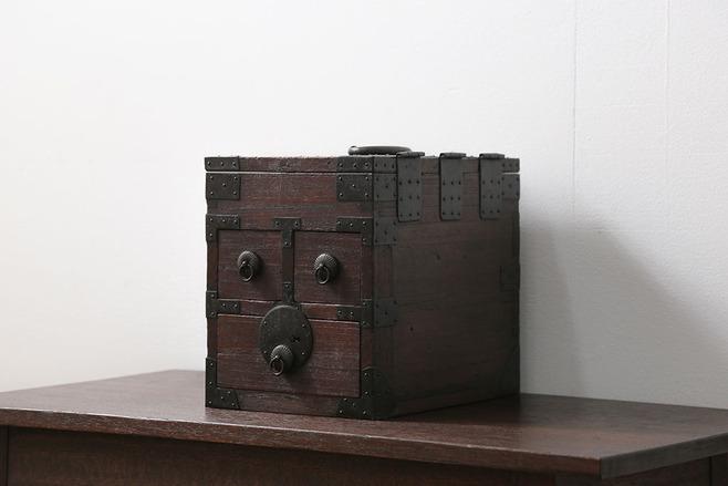 古い桐材の収納箱。