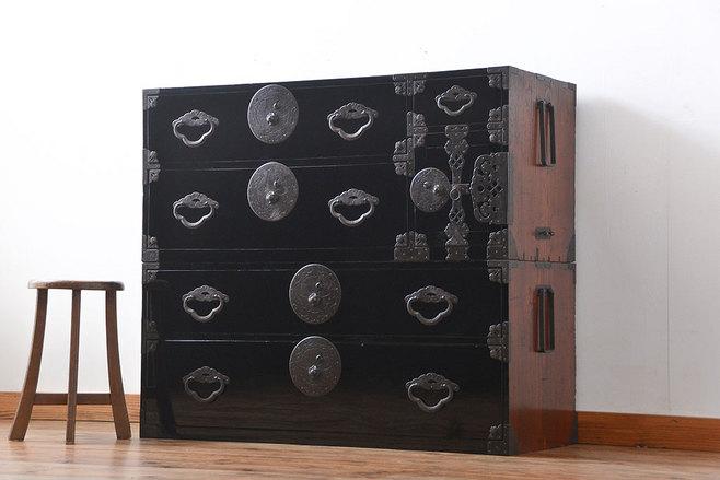 改装を見越した片付けで出た金具の大きな黒い古箪笥を売却。
