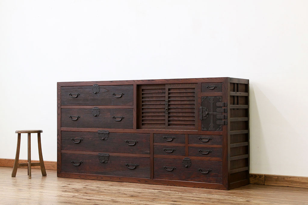 処分に困っていた古家具の欅の箪笥(収納戸棚)。