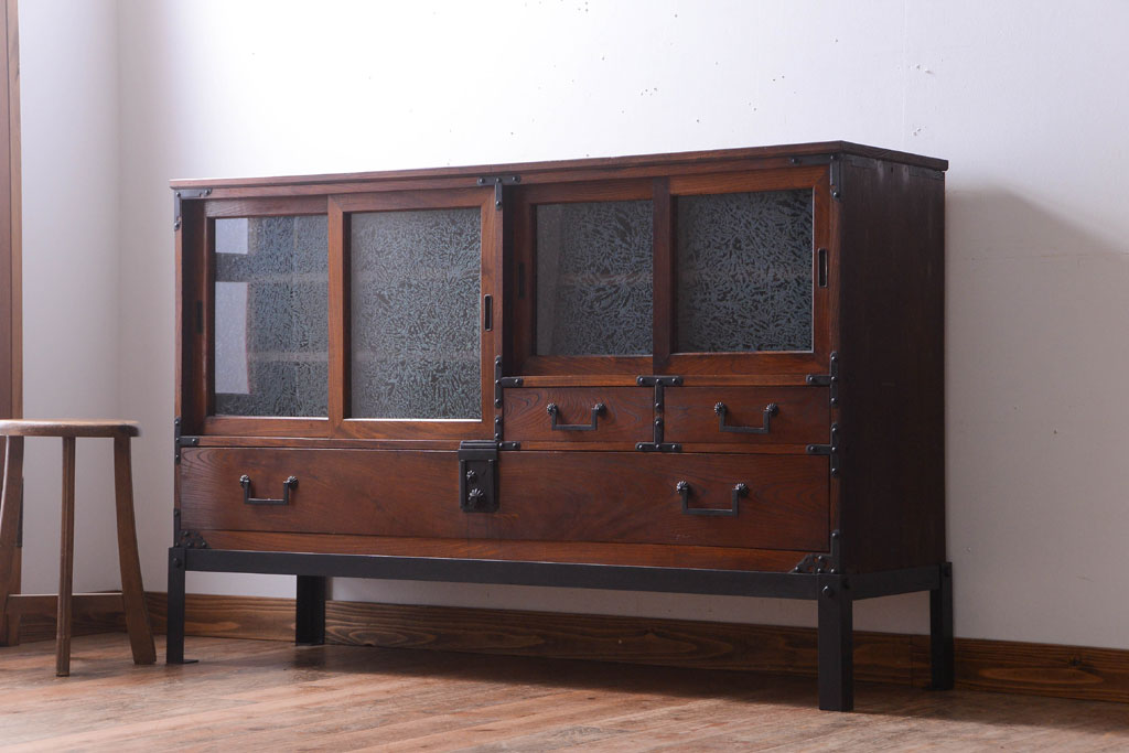 買い替えで手放した古家具のガラス戸収納棚。