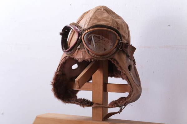 蔵から見つかった旧日本軍の飛行帽。
