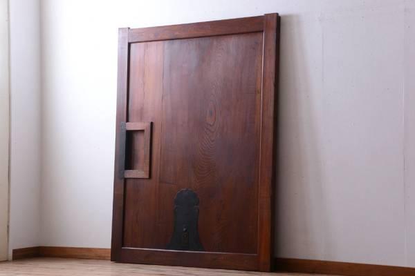 解体する古蔵で使っていた蔵戸(建具・扉)。