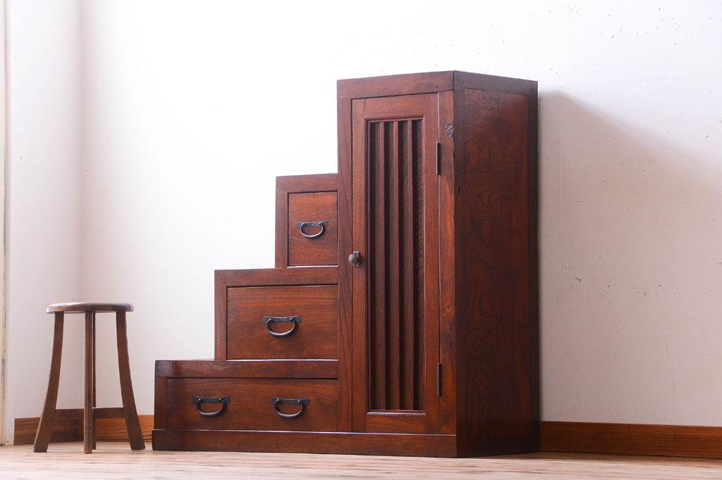 片付けで見つけた古家具の階段箪笥。